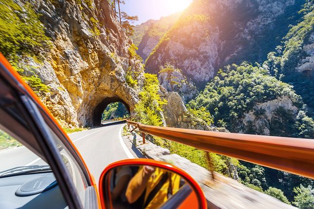 auto_tunel_gory1500_creative_travel_projects_shutterstock